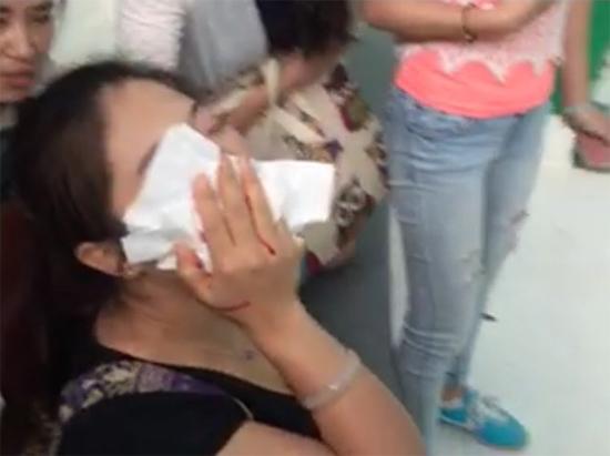 中国女游客泰国吻蟒蛇被咬鼻子