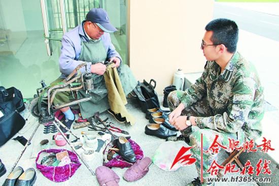 """七旬""""老班长""""是位修鞋匠"""