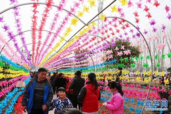 当日,安徽省淮北市杜集区南山风景区内,近20万支五彩缤纷的风车被设计