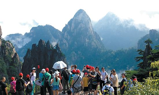 8月26日,游客在黄山风景区观光旅游.