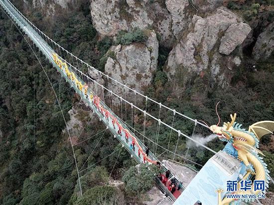 马仁奇峰景区玻璃桥投入使用
