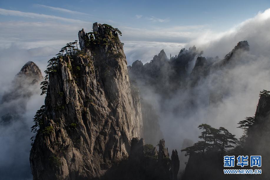 11月13日,安徽黄山风景区缥缈云雾环绕山峰,宛若仙境.